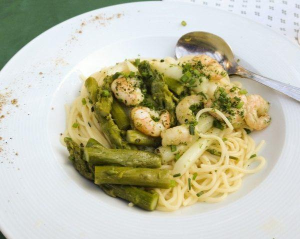 Green and white asparagus (spargel) are mixed with prawns for this pasta dish.