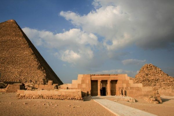 Giza pyramid and other Egyptian ruins.