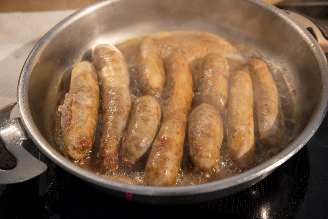 how to make bratwurst sausage on the stove