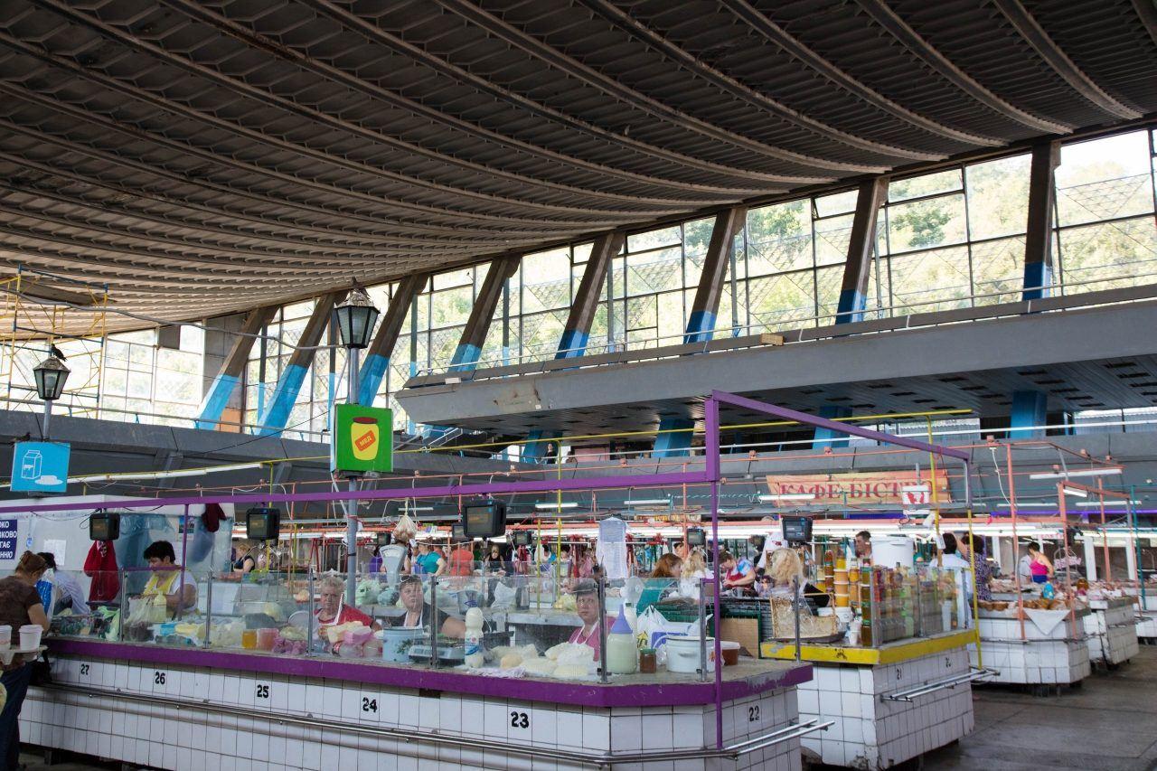 Shopping at Zhitnii Market in this Kiev travel gide.
