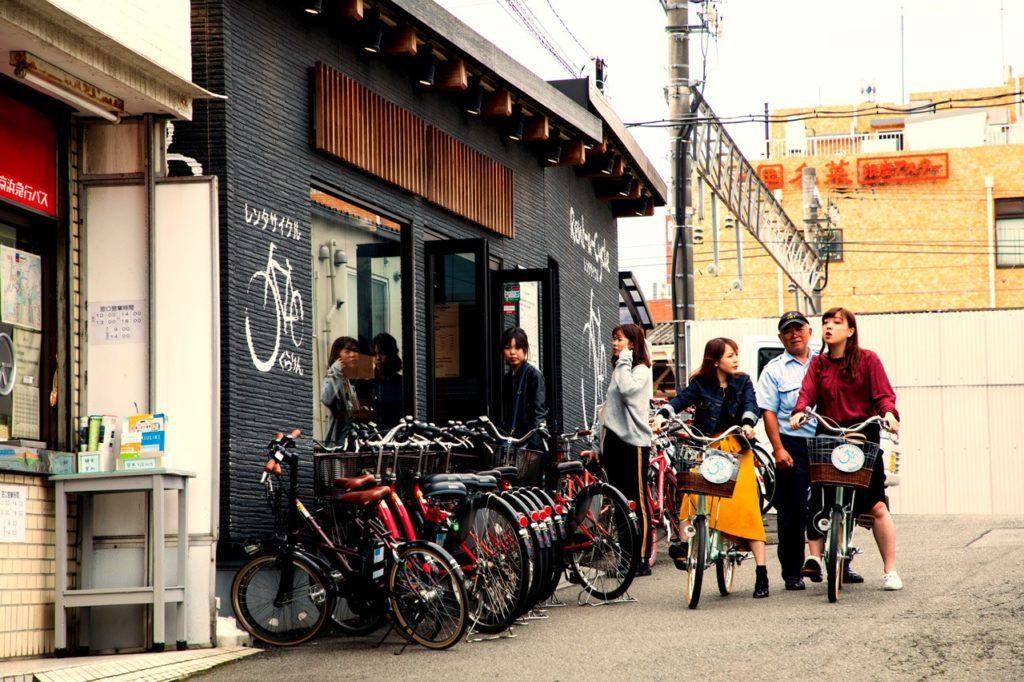 People renting bikes in Kamakura.