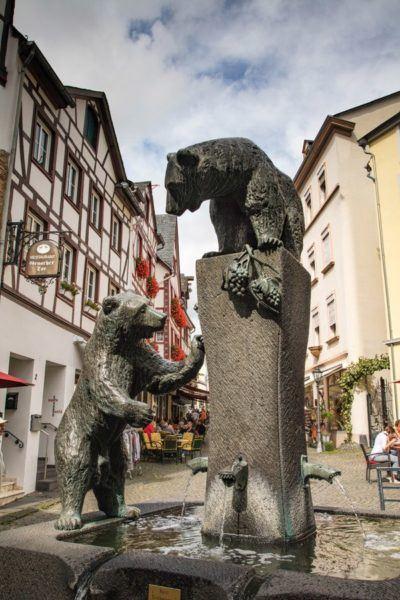 Walking around Bernkastel Old Town Barenbrunnen
